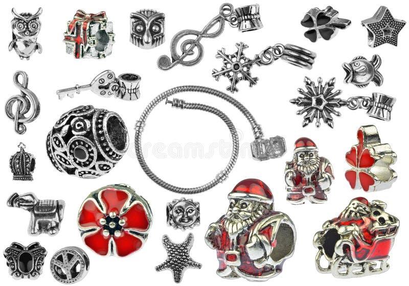Kleine zilveren charmearmband met vele die charmes op witte achtergrond, het knippen inbegrepen wegen worden geïsoleerd stock afbeeldingen