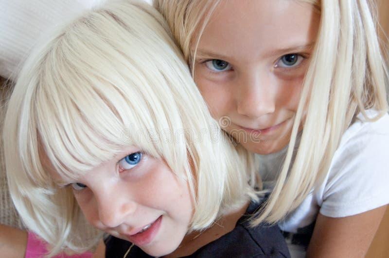 Kleine zusters stock foto's
