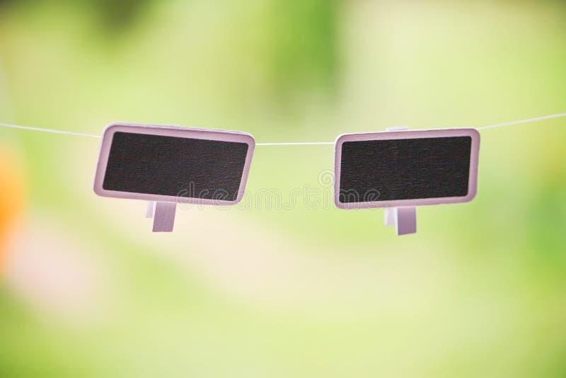 Kleine zwarte borden die in openlucht hangen royalty-vrije stock foto's