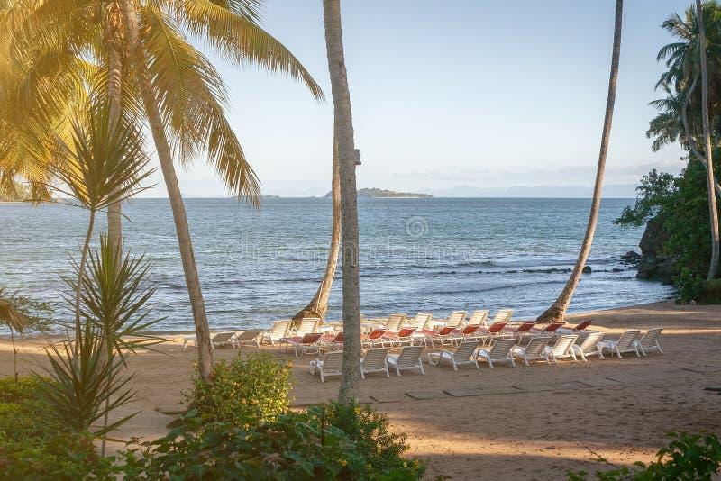 Kleiner abgelegener Strand auf den Ufern von einem warmen Ozean als Ort von erstklassigen Ferien für reiche Leute lizenzfreie stockfotografie