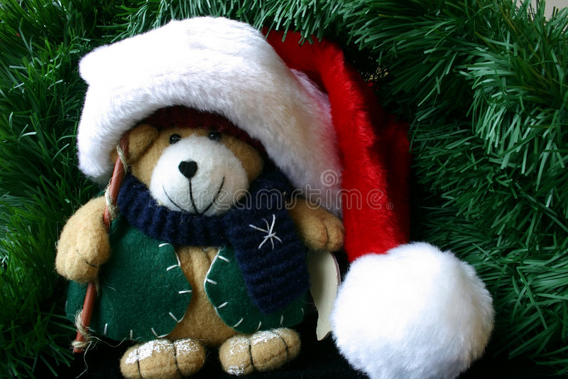 Kleiner angefüllter Teddybär, der Sankt Hut trägt lizenzfreie stockbilder