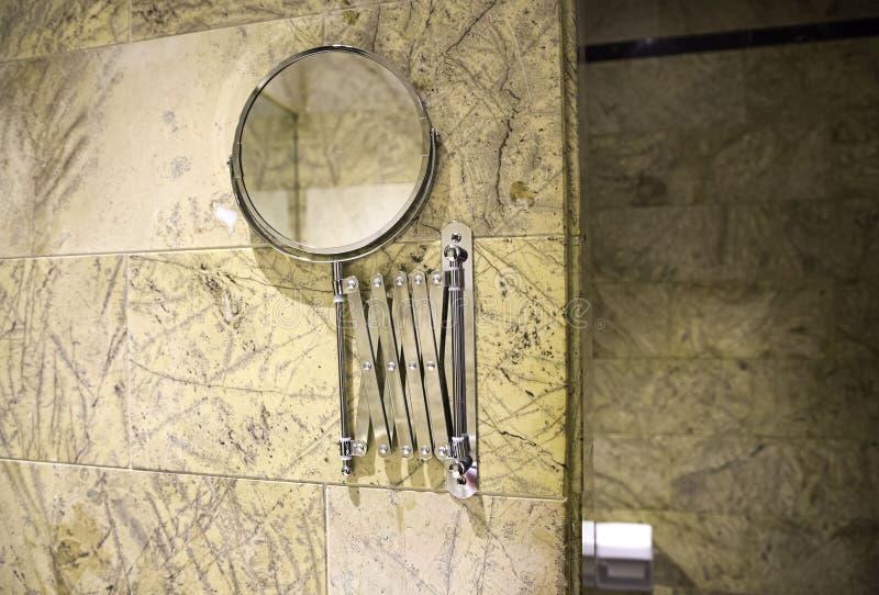 Kleiner Badezimmerspiegel lizenzfreies stockbild