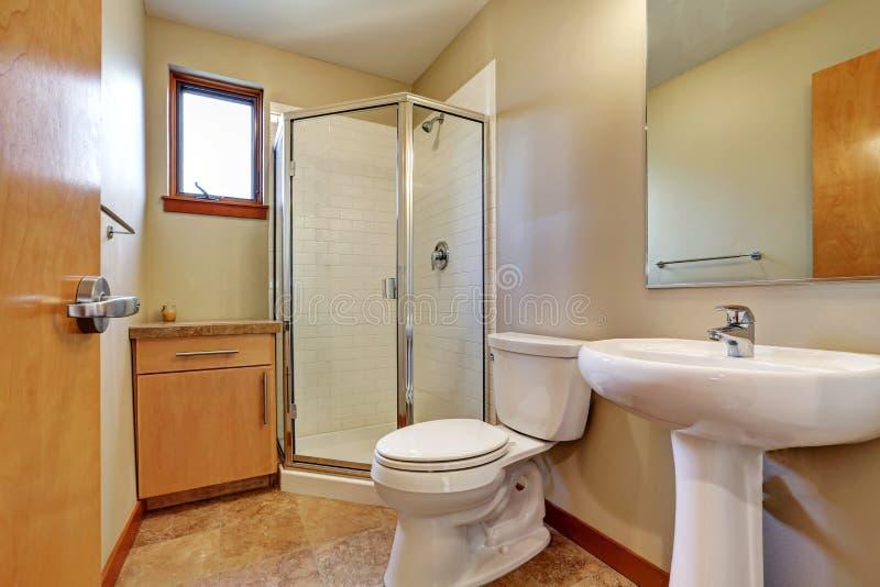 Kleiner bathrom Innenraum mit Wanne, Toilette, Dusche und Fliesenboden lizenzfreie stockfotografie