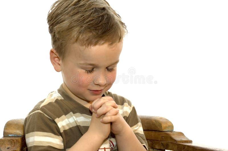 Kleiner betender Junge lizenzfreies stockfoto