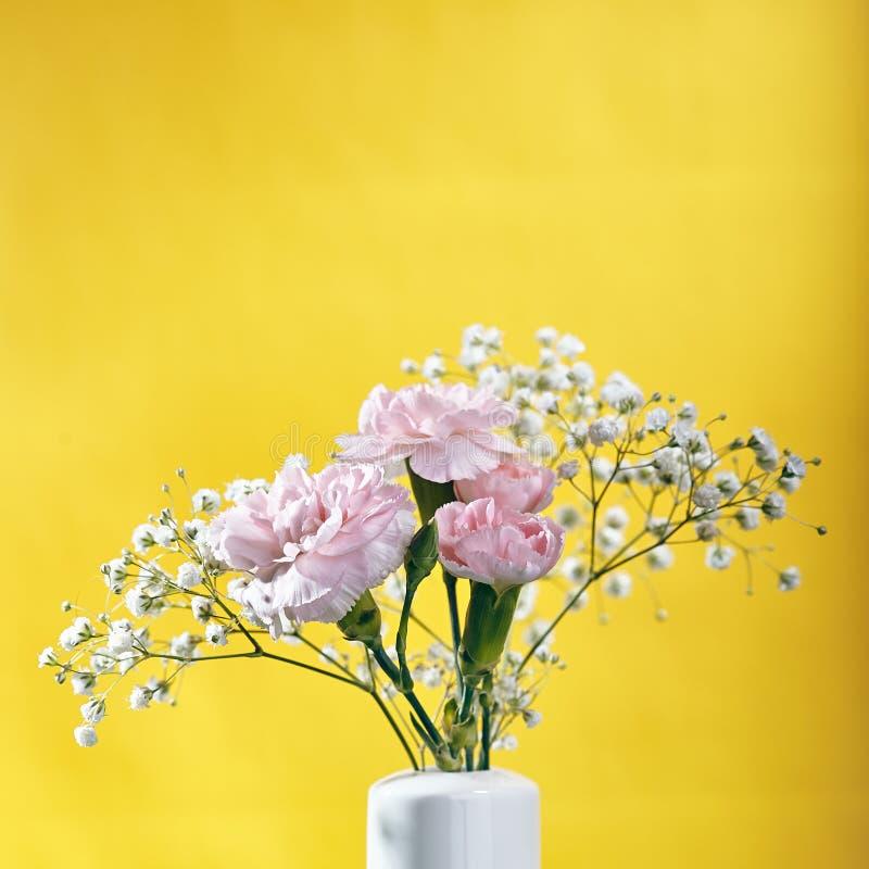 Kleiner Blumenstrauß der rosa Gartennelken-Blume stockfoto
