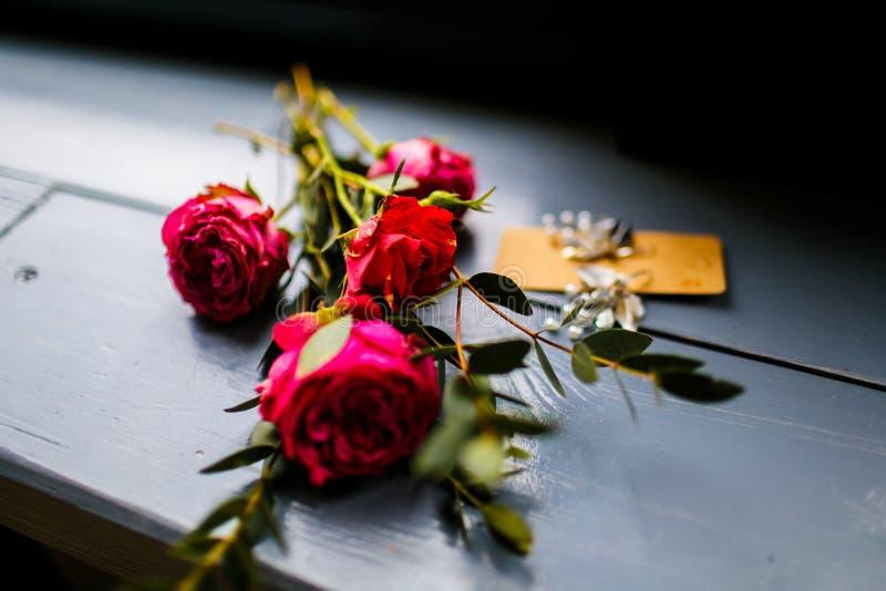 Kleiner Blumenstrauß von rosa und roten Rosen morgens stockfotografie