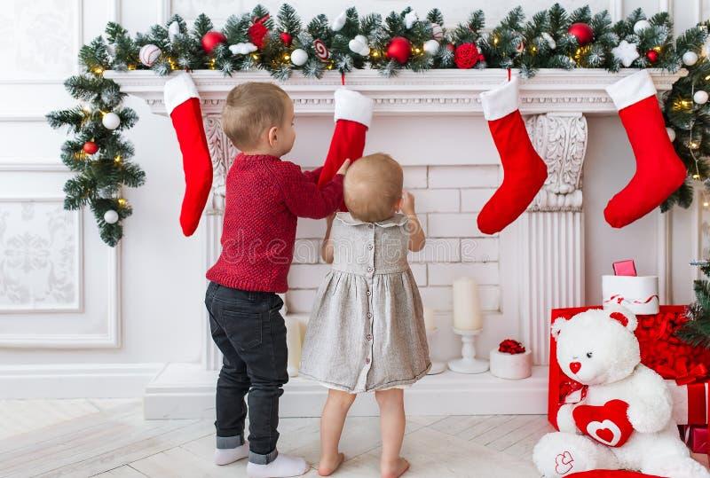 Kleiner Bruder und kleines Schwesterchen bereiten sich für Weihnachten vor stockbilder