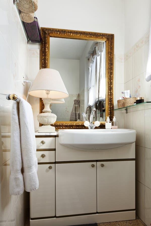 Kleiner dachboden versorgt badezimmer stockbild bild for Kleiner schrank badezimmer