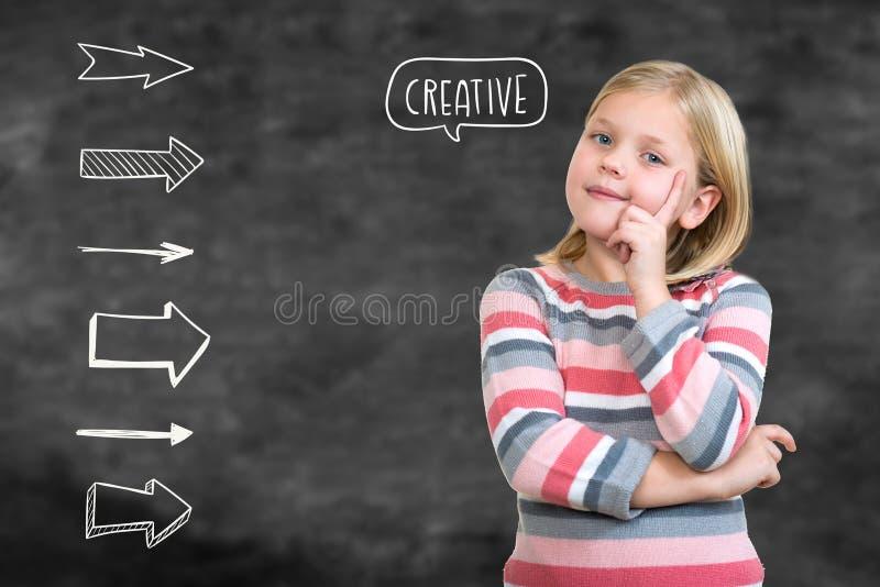 Kleiner Daydreamer Nettes kleines Mädchen, das Finger auf Kinn hält und weg schaut stockbild