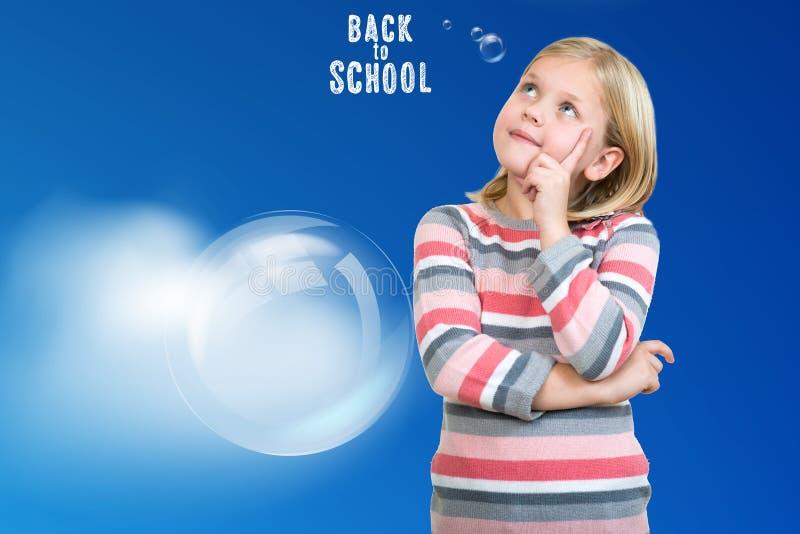 Kleiner Daydreamer Nettes kleines Mädchen, das Finger auf Kinn hält und weg schaut lizenzfreies stockbild