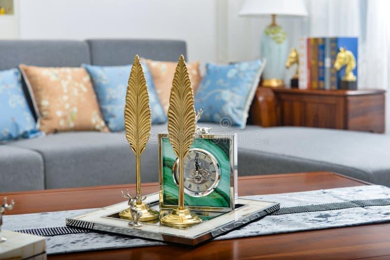 Kleiner dekorativer Artikel des dekorativen Blattes der Uhr des Wohnzimmers goldenen stockfoto