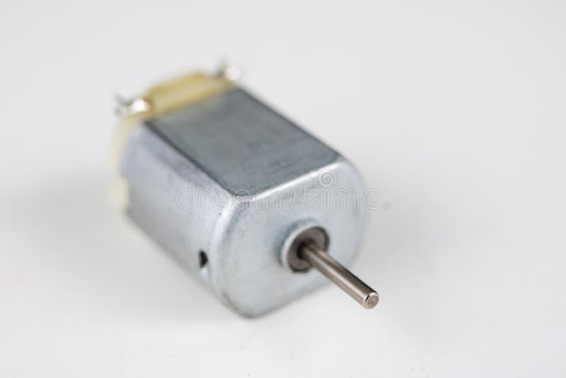 Kleiner Elektromotor auf einer weißen Werkstatttabelle Elektroantrieb u lizenzfreies stockfoto