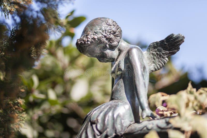 Kleiner Engel der Statue in Naturpark backgorund stockbilder