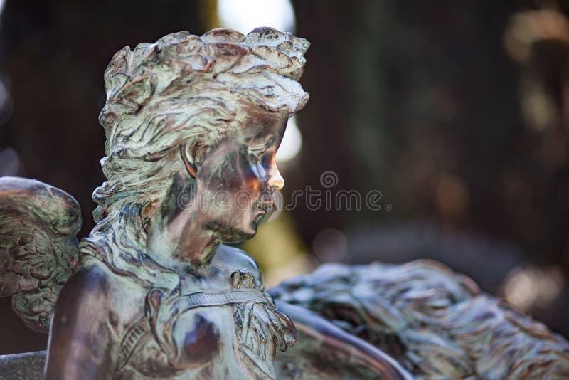 Kleiner Engel der Statue in Naturpark backgorund lizenzfreies stockbild
