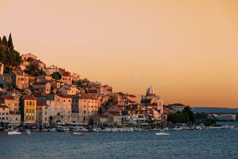 Kleiner europäischer Hafen bei Sonnenuntergang lizenzfreie stockfotografie