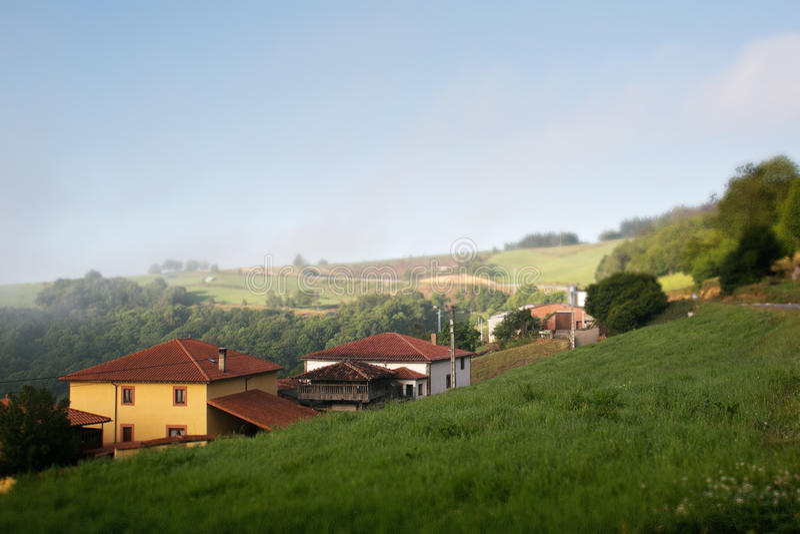 Kleiner europäischer Nebel des Dorfs morgens stockfotografie
