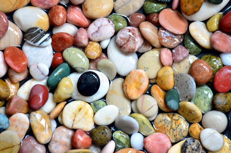 Kleiner, farbenfroher Kies-Hintergrund, Einfachheit, Stein im Tageslicht, verschiedene Farben lizenzfreie stockfotografie