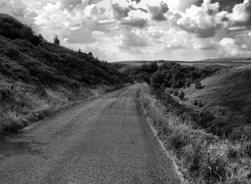 Kleiner Feldweg in Yorkshire England mit drastischem Himmel lizenzfreies stockbild