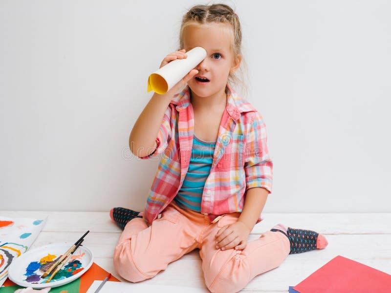 Kleiner Forscher Kreative Mädchenkindheit stockbilder
