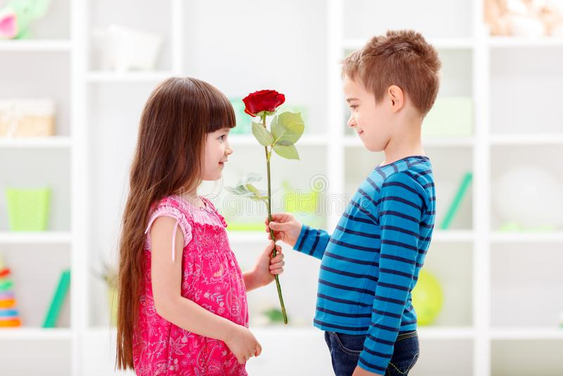 Kleiner Freund, der Blume gibt lizenzfreies stockbild