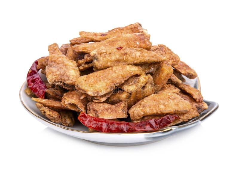 Kleiner Fried Fish Crispy mit getrocknetem Paprika auf weißem Hintergrund stockfotografie