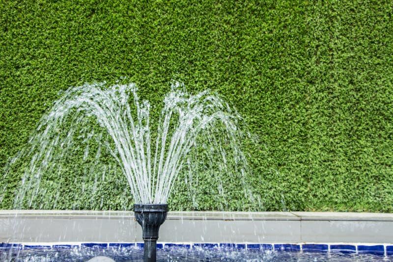 Kleiner Garten-Brunnen stockbilder