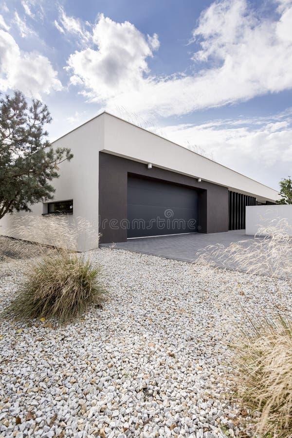 Kleiner Garten und eine Garage lizenzfreies stockbild