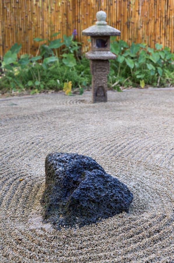 Kleiner geharkter japanischer Zensteingarten in Kauai stockfotos