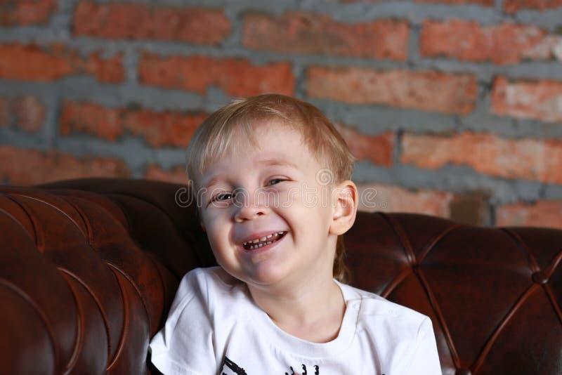 Kleiner glücklicher Junge lizenzfreie stockfotos