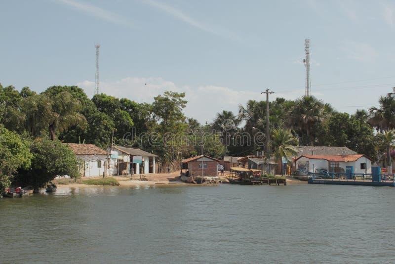 Kleiner Hafen auf der Bank des Preguiça-Flusses lizenzfreie stockfotografie