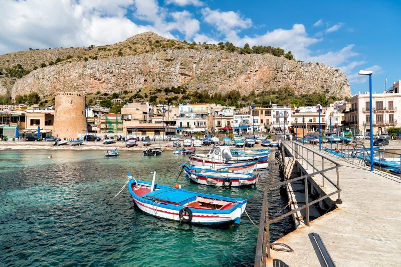 Kleiner Hafen mit Fischerbooten in der Mitte von Mondello, Palermo, Sizilien stockbild
