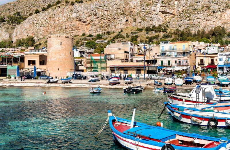 Kleiner Hafen mit Fischerbooten in der Mitte von Mondello, Palermo, Sizilien lizenzfreies stockfoto
