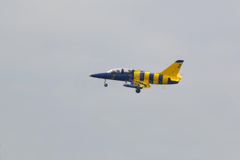 Kleiner Jet-gelb-blaue Fläche im Himmel stockbilder