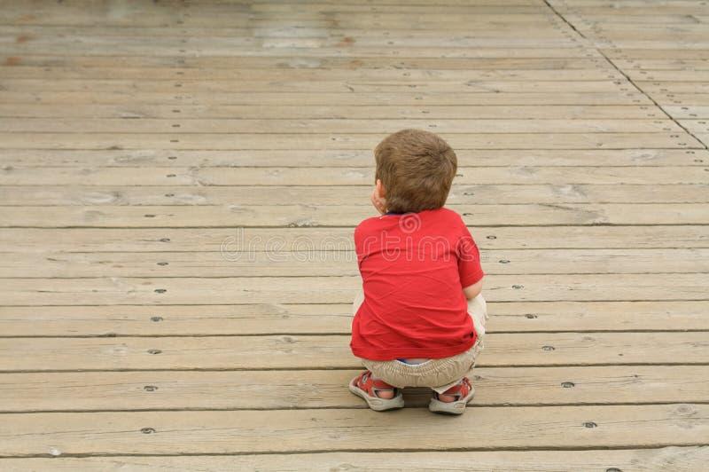 Kleiner Junge auf einem Bürgersteig lizenzfreies stockfoto