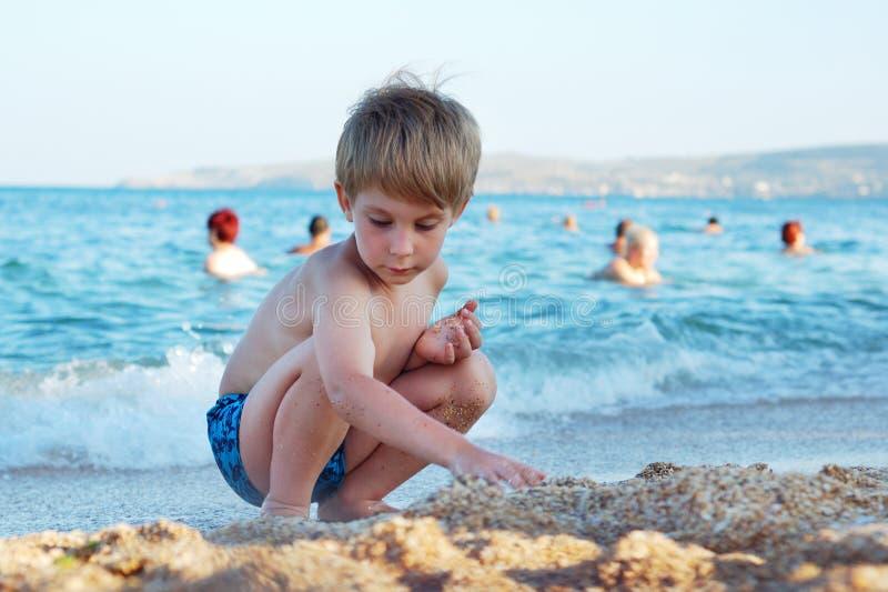 Kleiner Junge auf dem Strand stockbilder