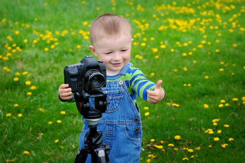 Kleiner Junge auf den Kameratrieb stockbilder