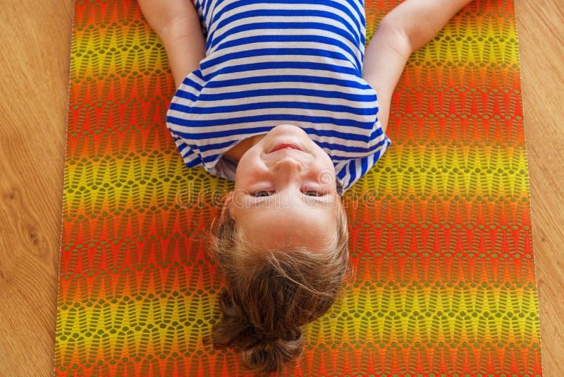 Kleiner Junge auf einer Yogaklasse stockbilder