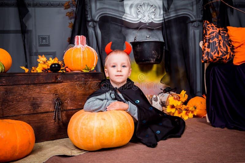 Kleiner Junge auf Halloween betrachtet die Kamera stockfotografie