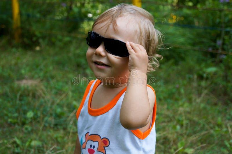 Kleiner Junge auf Weg stockfotos