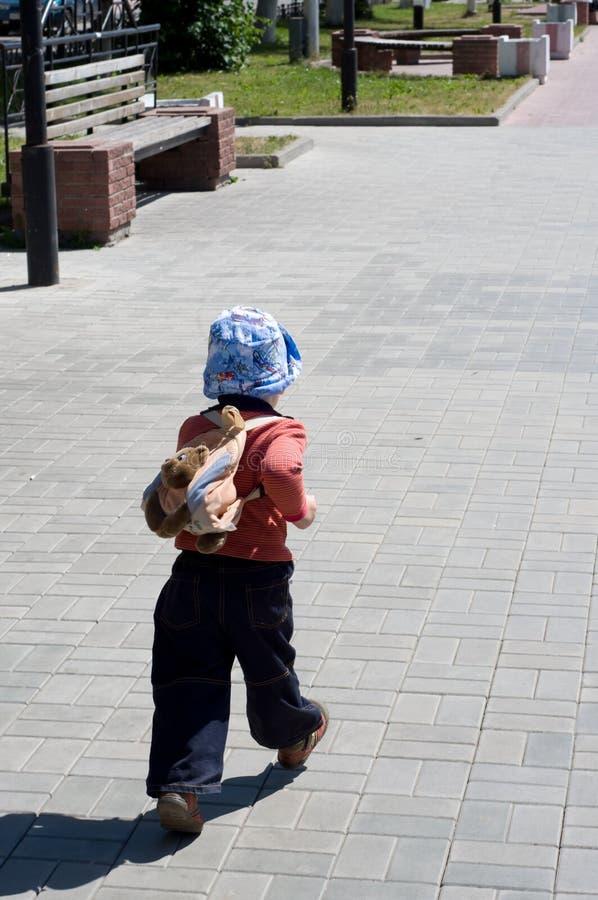 Kleiner Junge auf Weg auf Allee lizenzfreie stockfotos