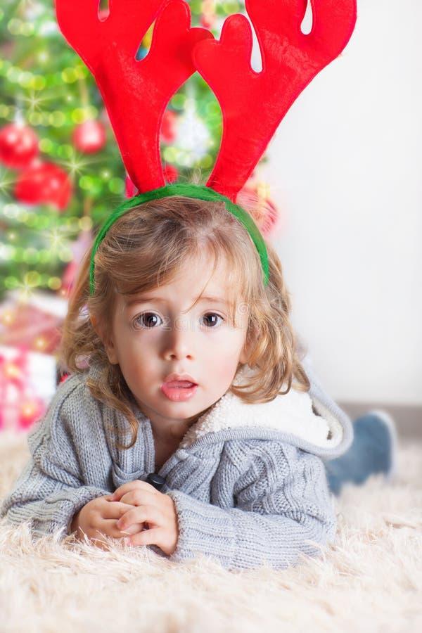 Kleiner Junge auf Weihnachtsfeier lizenzfreie stockfotografie