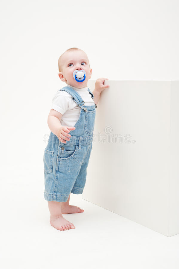 Kleiner Junge in den Baumwollstoff Dungarees stockfotos