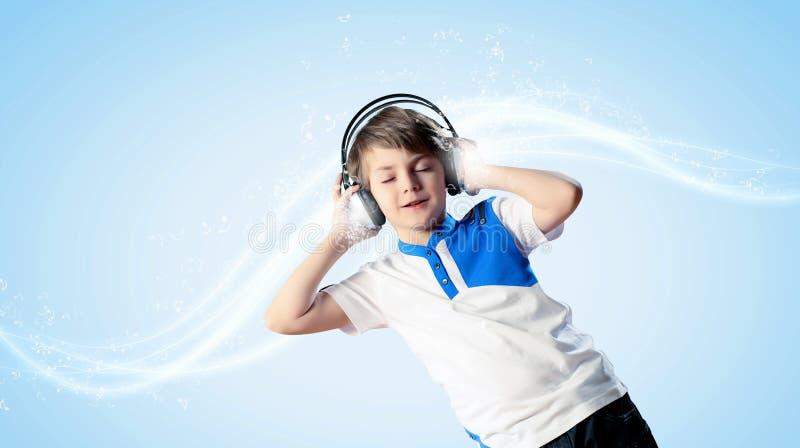 Kleiner Junge in den Kopfhörern stockfoto