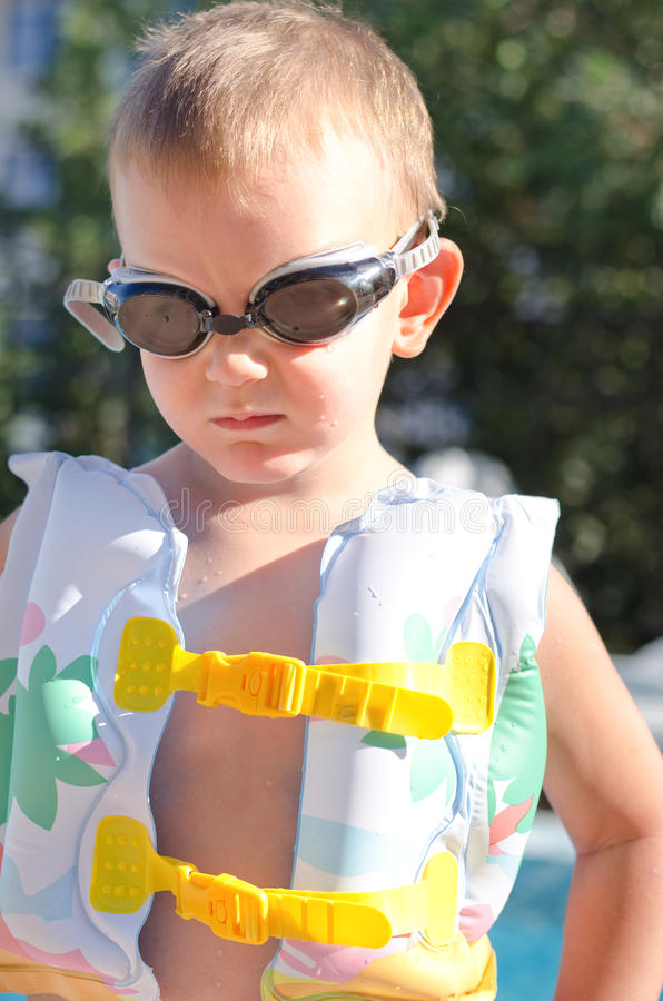Kleiner Junge in den Schwimmenschutzbrillen an einem heißen Sommertag stockfotografie