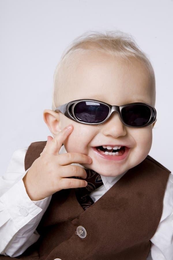 Kleiner Junge in den Sonnenbrillen. stockfoto
