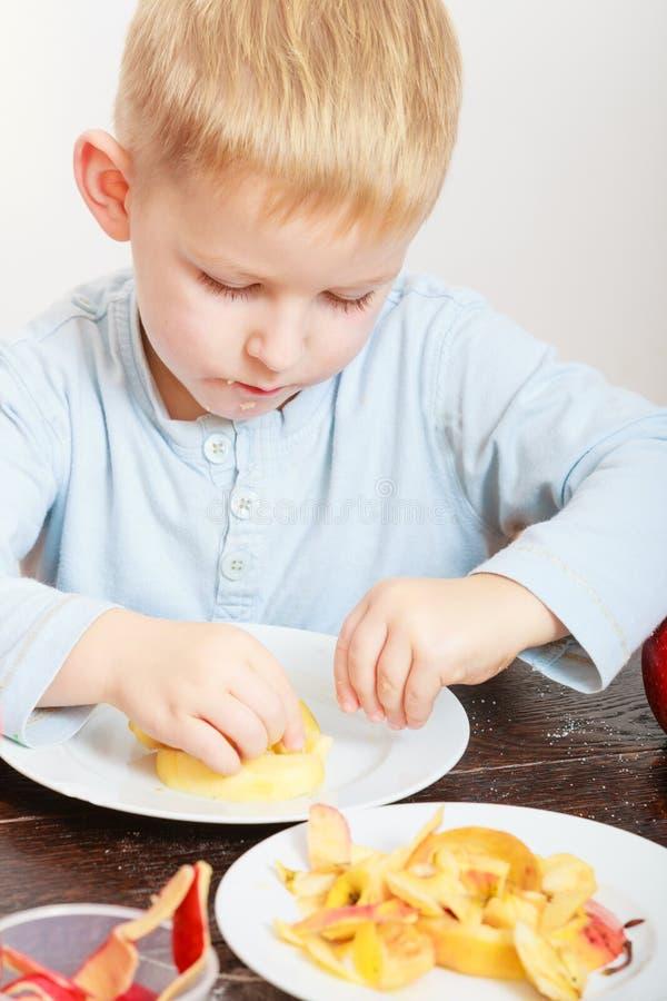 Kleiner Junge, der Apfel für Snack isst lizenzfreies stockfoto