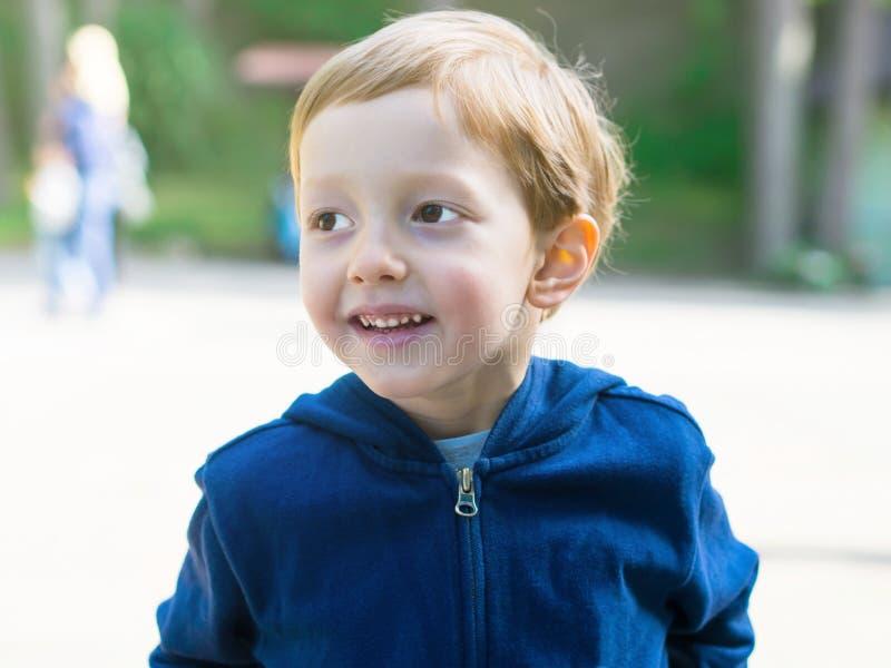 Kleiner Junge, der auf einem Spielplatz spielt aktivität stockfoto