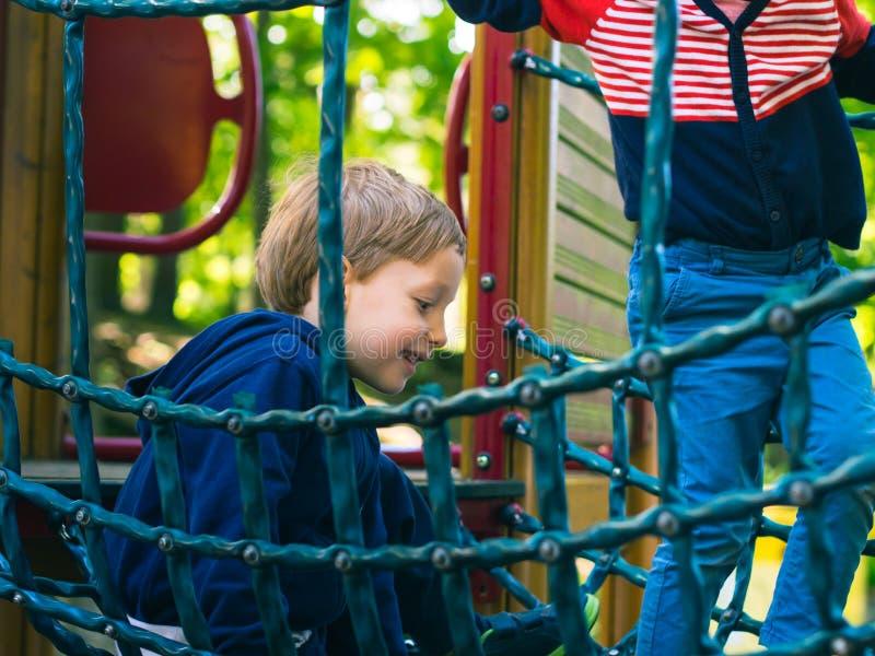 Kleiner Junge, der auf einem Spielplatz spielt aktivität stockbilder
