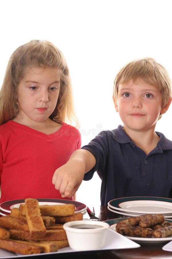 Kleiner Junge, der auf französischen Toast zeigt lizenzfreie stockfotografie