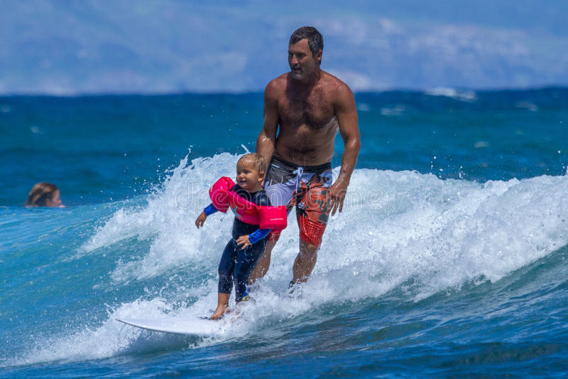 Kleiner Junge, der auf Maui surft stockbild